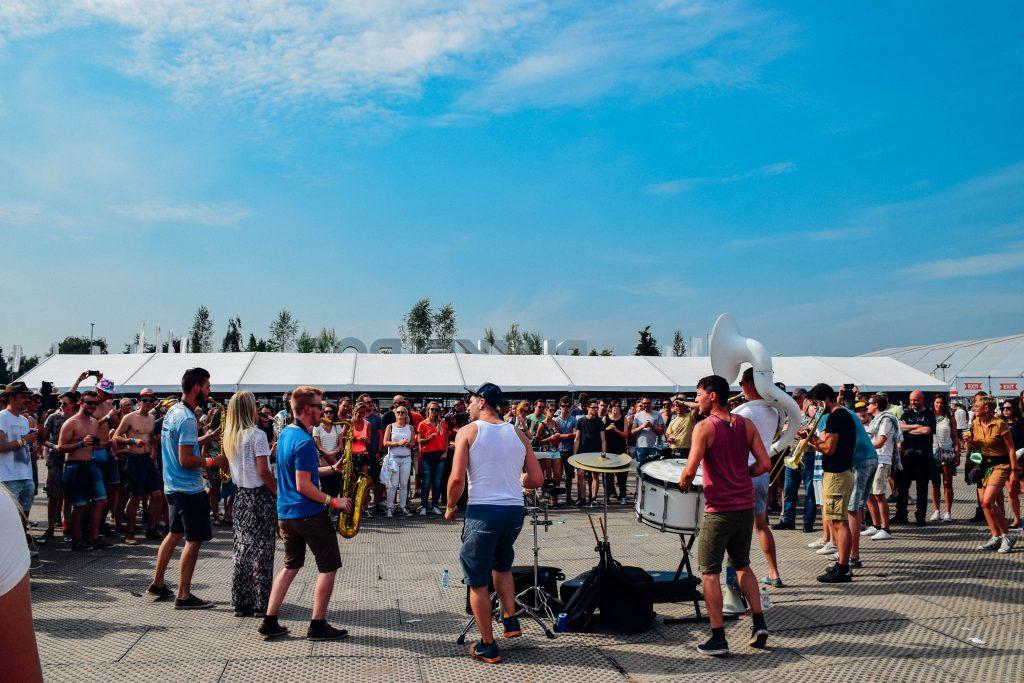 Concerten vinden plaats op de tien verschillende podia die Pukkelpop rijk is, én aan de hoofdingang. © Kriskras Kiewit