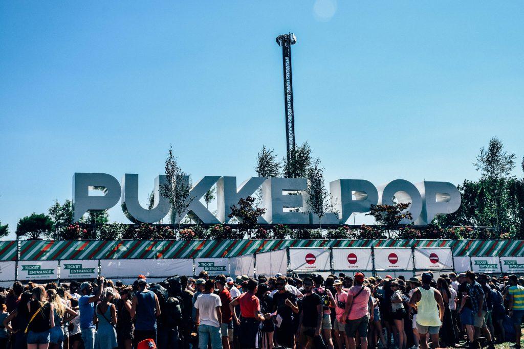 Festivalgangers, véél festivalgangers, aan het aftellen tot Pukkelpop zich opent. © Kriskras Kiewit