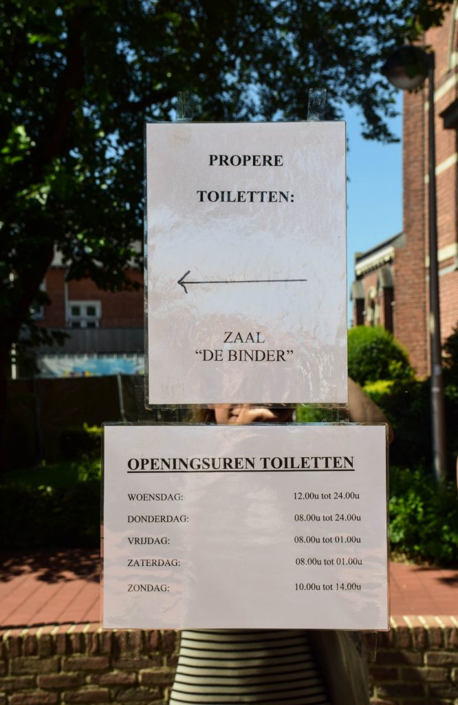 De openingsuren van de toiletten. © Kriskras Kiewit