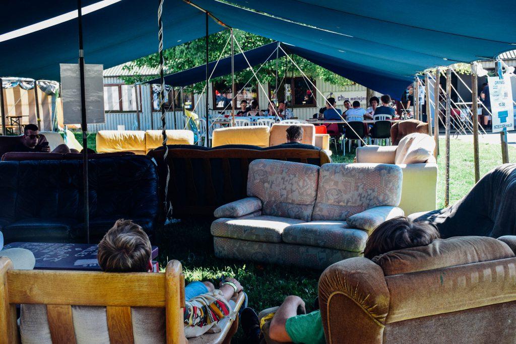 Een tent opzetten, dat is vermoeiend. Chillen kan in de uitnodigende sofa's van de Chiromeisjes Kiewit. © Kriskras Kiewit