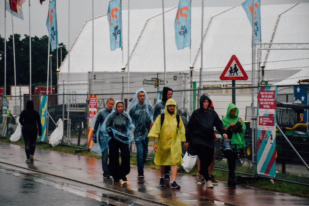 Voor even in het straatbeeld van Pukkelpop: regenponcho's. De heftige regenbui heeft de late avond gelukkig niet in het water doen vallen. © Kriskras Kiewit