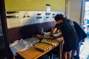 De leiding van de Chiromeisjes (en hun leden en oudleiding) staan elke dag in de keuken om broodjes en pasta te bereiden. © Kriskras Kiewit