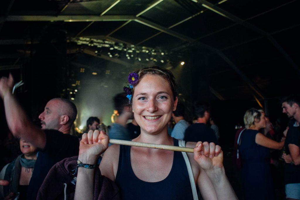 Floortje kreeg een drumstick van Tiggs Da Author in handen. Blij gezicht! © Kriskras Kiewit