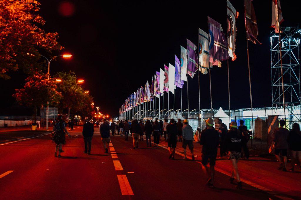 Het is vier uur 's ochtends. De afsluitende Boiler Party zit erop en de festivalgangers verlaten de Pukkelpopweide. © Kriskras Kiewit